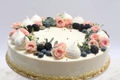 Neliela kāzu tortīte ar ogu un ziedu dekoru