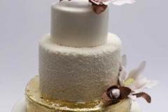 Kāzu torte ar zeltu un magnolijām