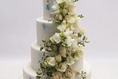 Kāzu torte ar baltiem ziediem