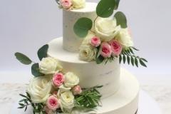 Kailā kāzu torte ar dzīvajiem ziediem