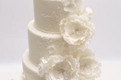Kāzu torte ar baltiem cukura ziediem