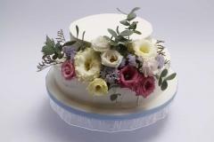 Kāzu torte ar krēmīgu ziedu dekoru