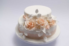 Kāzu torte ar persiku krāsas rozēm