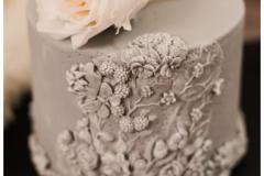 Kāzu torte ar cukura masas pārklājumu un ziedu motīviem uz tās!