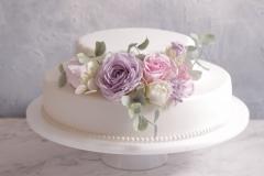 Kāzu torte ar cukura ziediem. Klasiskā torte ar vārīto krēmu. Kāzu torte ar cukura masu. Cukura ziedi. Cukura rozes un eikalipti.