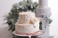Kāzu torte ar cukura masas pārklājumu un cukura ziediem. Pelēka torte, rozā torte
