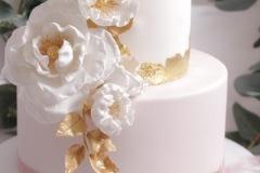 Kāzu torte ar zeltu un cukura ziediem. Šokolādes kāzu torte.