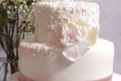 Kāzu torte ar reljefa zīmējumiem. Kāzu torte ar cukura ziediem. Torte ar kafijas  krēmu un karameli