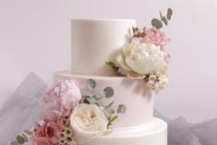 Kāzu torte ar dzīvajiem ziediem.  Torte ar vārīto krēmu un brūklenēm.