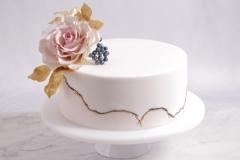 Kāzu torte ar cukura ziediem. Kazu torte ar divu kŗāsu cukura masu. Kāzu torte ar zeltu
