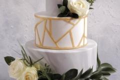 Kāzu torte ar ziediem un ģeometriskām līnijām. Marmora torte. Torte ar zeltu. Kāzas  2020.