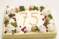 Torte vīrietim 75 gadu jubilejā - maskarpones aveņu ar bezē un makarūnu dekoru.