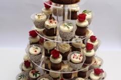 Šokolādes kāzu kūciņas ar ziedu un cukura perlīšu dekoru.