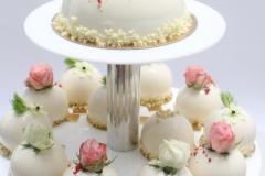 Lodveida kāzu kūciņas ar ziedu un zaļumu dekoru
