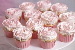 Kapkeiki rozā groziņos ar ķiršu pildījumu. Krēma rozītes kapkeikiem.