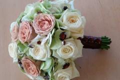 Grezns līgavas pusķis šokolādes toņos - rozes, hortenzijas, kristāli