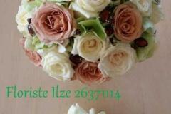 Baltu un brūnu rožu līgavas pušķis ar kristāliem