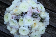Ziemas līgavas pušķis - balts, rozā, pelēks. Rozes, tulpes, ranunkuļi (Āzijas gundegas), brunia