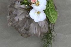Ziemas līgavas pušķis - formāli lineārais stils, minimālisms, putnu spalvas, zaļumi, pelēks