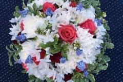 Sezonāls līgavas pušķis - narcises, zilās muskares, rozes, zaļumi, neļķes