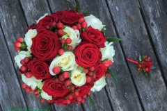 Sarkans līgavas pušķis - sarkanas rozes, baltas rozes, sarkanas ogas