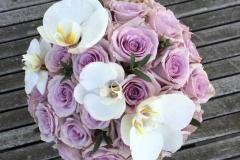 Violetas rozes un baltas orhidejas līgavas pušķī