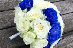 Zilās krāsotās rozes līgavas pušķī