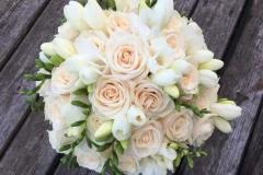 Klasisks līgavas pušķis - krēmkrāsas rozes un baltas, smaržīgas frēzijas