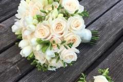 Kāzu ziedi šampanieša tonī - līgavas pušķis un līgavaiņa piespraude