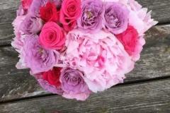 Rozā un violetu toņu pušķis - rozes un peonijas