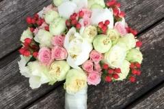 Skaists maigu toņu līgavas pušķis - rozes, peonijas, ogas