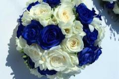 Klasiski balti zils līgavas pušķis no rozēm un frēzijām