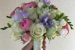 Līgavas pušķis - rozes, frēzijas, puķuzirņi