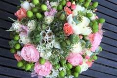 Vasarīgs līgavas pušķis - rozes, ogas, pogaļas, sezonas ziedi