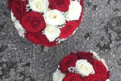 Līgavas pušķis un dubultnieks - sarkanas un baltas rozes
