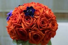 Klasisks līgavas pušķis - spilgti oranžas rozes, anemones, puslodes forma