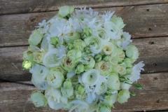 Maigi romantisks līgavas pušķis no baltiem ziediem - ranunkuļi, rozes, narcises