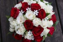 Smalks līgavas pušķis no rozēm - balts, bordo, zaļš