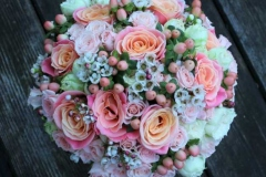 Klasisks līgavas pušķis - rozes, smalki ziedi, ogas, peoniju rozes, laškrāsa, koraļļu krāsa, persiku toņi, rozā
