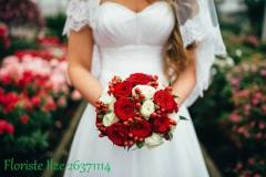 Sarkanu un baltu rožu, un ogu līgavas pušķis