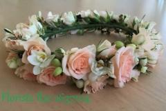 Ziedu vainags maigi rozā toņos - rozes, orhidejas