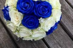 Zilas un baltas rozes ar pērlēm līgavas pušķī