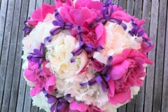 Vasarīgi košs līgavas pušķis - baltas peonijas, rozā peonijas, violeti īrisi