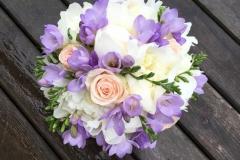 Maigs līgavas pušķis - baltas peonijas, krēmrāsas rozes, ceriņkrāsas frēzijas