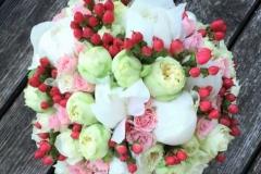 Smalks līgavas pušķis - baltas peonijas, rozā rozītes, krēmkrāsas rozītes, sarkanas ogas