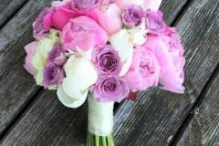 Līgavas pušķis - baltas un rozā peonijas, violetas rozītes