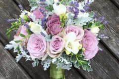 Līgavas pušķis no lavandas, rozēm un frēzijām