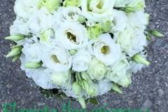 Baltas lizantes un kristāli līgavas pušķī