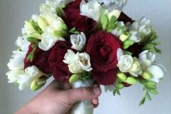 Klasisks līgavas pušķis - vīna sarkanas rozes ar baltām frēzijām