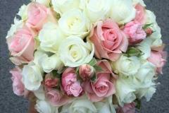 Romantisks līgavas pušķis - baltas un rozā rozes